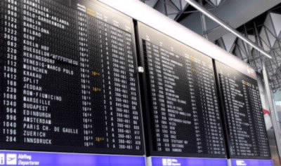 空港の出発時刻表