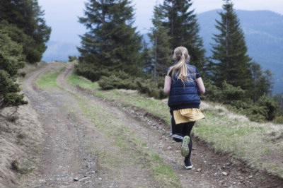 山道を走る女性