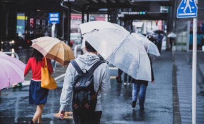 傘をさしている人たち